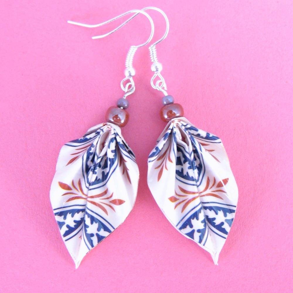 klassische Ohrringe in Blattform mit blau rot & pink